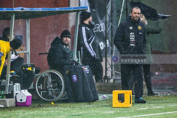 Solna 2014-02-15 Fotboll Tr&auml;ningsmatch AIK - IF Elfsborg :  <br /> Elfsborgs tr&auml;nare Klas Ingesson sitter i rullstol vid avbytarb&auml;nken och bredvid tr&auml;nare Janne Mian under matchen<br /> (Foto: Kenta J&ouml;nsson) Nyckelord:  portr&auml;tt portrait tr&auml;nare manager coach rullstol