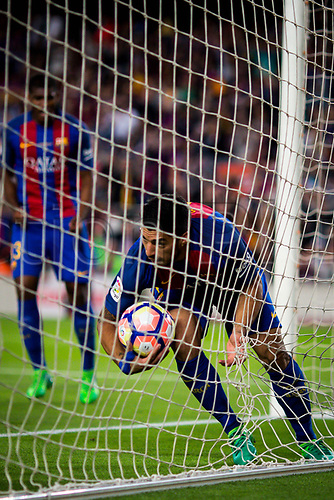 May 21st 2017, Nou Camp, Barcelona, Spain; La Liga football, FC Barcelona versus Eibar; Luis Suarez of FC Barcelona picks up the ball from the net after scoring for 2-2 in the 73rd minute