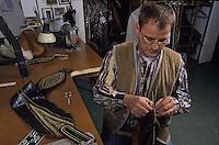 Europe/Autriche/Tyrol/Innsbruck: Fabrique de culottes tyroliennes chez un tailleur à Innsbruck