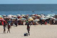 RIO DE JANEIRO, RJ, 02.01.2014 - As altas temperaturas e o Sol forte deixam a praia de Ipanema cheia no primeiro dia útil de 2014. (Foto. Néstor J. Beremblum / Brazil Photo Press)