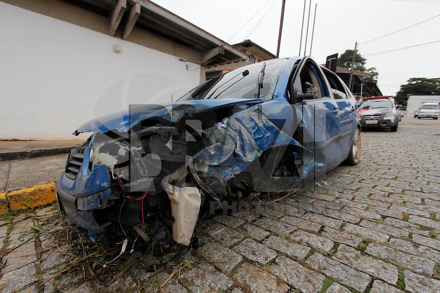 MOGI DAS CRUZES, SP, 18 JANEIRO DE 2012 - SUSPEITO DE TRAFICO PERSEGUIÇÃO - Suspeito de trafico de drogas bate carro na estrada do Nagal que da acesso a Mogi Bertioga, após perder o controle atingiu um poste, o suspeito sofreu alguns ferimentos e foi levado ao hospital Luzia de Pinho Mello, após ser medicado, foi conduzido ao primeiro distrito policial de Mogi das Cruzes. No capo do veículo modelo Polo foi encontrado drogas, o individuo não portava habilitação e o veículo tem placa de de Sao Paulo. (FOTO: WARLEY LEITE - NEWS FREE).