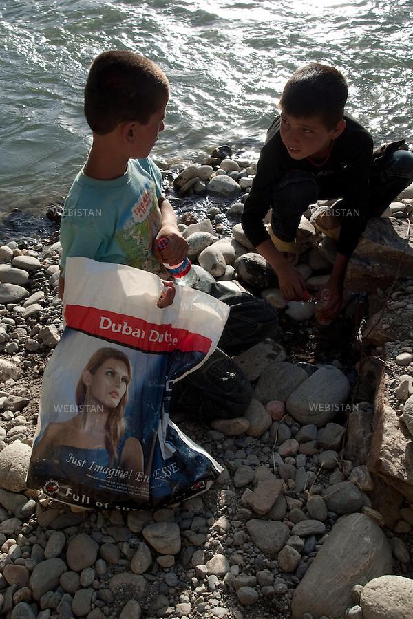 AFGHANISTAN - VALLEE DU PANJSHIR - 12 aout 2009 : Environs de Astanah. Jeunes pecheurs sur les bords de la riviere du Panjshir...AFGHANISTAN - PANJSHIR VALLEY - August 12th, 2009 : Near Astanah. Young fishermen at the edge of the Panjshir River.