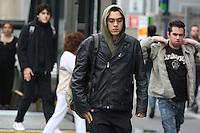 SÃO PAULO, SP, 05/05/2012, FRIO EM SÃO PAULO.  O Sábado amanhceu com temperaturas baixas na capital paulista, o vento frio aumenta a sensação termica, fotos feitas na Av. Paulista.<br /> <br />  Luiz Guarnieri/ Brazil Photo Press.