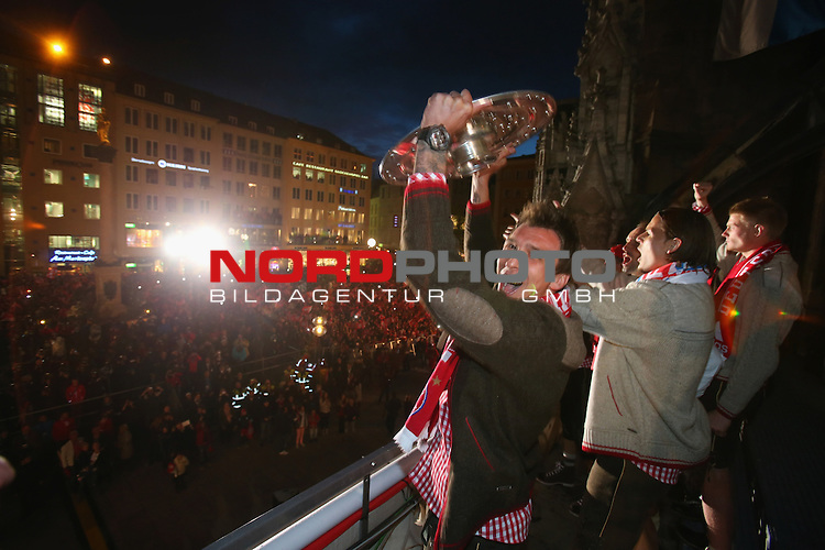 11.05.2013, Marinenplatz, Muenchen, FC Bayern Muenchen - German Championship Celebrations, im Bild<br /> Mario Mandzukic of Bayern Muenchen and his team celebrate with the trophy the German championship title<br /> <br /> <br /> Foto &copy; nph / Kokenge