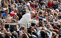 Papa Francesco bacia una bambina al suo arrivo all'udienza generale in Piazza San Pietro, Citta' del Vaticano, 10 aprile 2013..Pope Francis kisses a child as he arrives for his weekly general audience in St. Peter's square at the Vatican, 10 April 2013..UPDATE IMAGES PRESS/Isabella Bonotto..STRICTLY ONLY FOR EDITORIAL USE