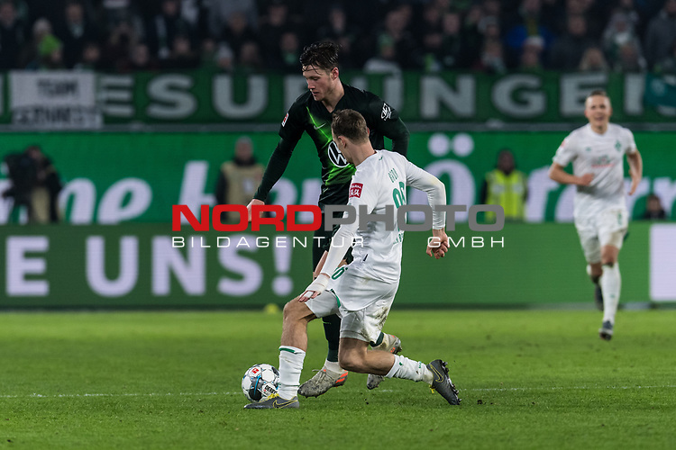 01.12.2019, Volkswagen Arena, Wolfsburg, GER, 1.FBL, VfL Wolfsburg vs SV Werder Bremen<br /> <br /> DFL REGULATIONS PROHIBIT ANY USE OF PHOTOGRAPHS AS IMAGE SEQUENCES AND/OR QUASI-VIDEO.<br /> <br /> im Bild / picture shows<br /> Wout Weghorst (VFL Wolfsburg #09) im Duell / im Zweikampf mit Christian Groß / Gross (Werder Bremen #36), <br /> <br /> Foto © nordphoto / Ewert