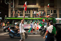 Milano: ragazzi salgono su un autobus durante i festeggiamenti per la vittoria dell'Italia contro la Germania