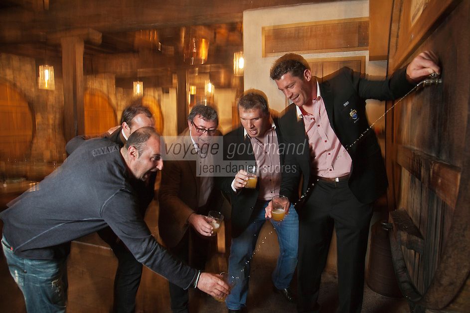 Europe/France/Aquitaine/64/Pyrénées-Atlantiques/Pays-Basque/Bayonne: Christian Constant avec Jérôme Thion, Sylvain Marconnet, Arnaud Héguy, joueurs de rugby à XV du BIarritz Olympique, au restaurant Cidrerie Ttipia [Non destiné à un usage publicitaire - Not intended for an advertising use]