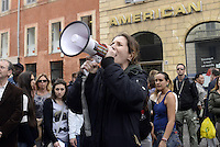 Roma 27 Aprile 2013.Estradato Lander Fernandez.attivista del movimento giovanile basco, rifugiato in italia e agli arresti domiciliari  da più di un anno per  la richiesta di estradizione da parte della Spagna che lo accusa di aver commesso un reato di danneggiamento di un autobus durante una manifestazione a Bilbao nel febbraio 2002. .Amici e compagni manifestano davanti l'ambasciata di Spagna Piazza di Spagna