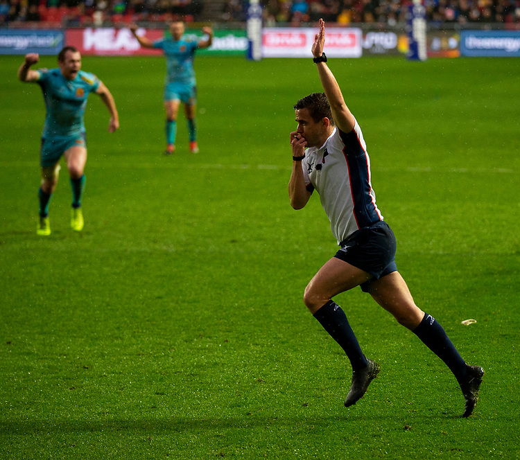 Referee Luke Pearce runs under the posts to award a penally try<br /> <br /> Photographer Bob Bradford/CameraSport<br /> <br /> Premiership Rugby Cup Round 4 - Bristol Bears v Exeter Chiefs - Saturday 26th January 2019 - Ashton Gate - Bristol<br /> <br /> World Copyright © 2018 CameraSport. All rights reserved. 43 Linden Ave. Countesthorpe. Leicester. England. LE8 5PG - Tel: +44 (0) 116 277 4147 - admin@camerasport.com - www.camerasport.com