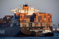 4415 / Containerschiff mit Schlepper : EUROPA, DEUTSCHLAND, HAMBURG, (EUROPE, GERMANY), 23403.2007: Containerschiff, Hapag Lloyd, San Francisco Express, Schlepper Bugsier 2, Hamburger Hafen
