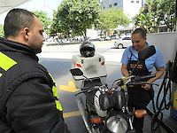 SÃO PAULO, SP, 02 DE ABRIL 2013 - LEI 14.955 - A .Lei proibe motociclistas de entrar em postos de gasolina e em outros estabelecimentos usando capacete. O objetivo da medida é reduzir o número de assaltos. A multa para quem descumprir a regra será de R$ 500, mas a fiscalização ainda depende de regulamentação. FOTO: MAURICIO CAMARGO / BRAZIL PHOTO PRESS.