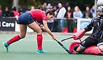 UTRECHT - Macey de Ruiter (Laren) stuit op keeper Alexandra Heerbaart (Kampong)   tijdens de hockey hoofdklasse competitiewedstrijd dames:  Kampong-Laren . COPYRIGHT KOEN SUYK