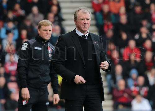 07.11.2015. Vitality Stadium, Bournemouth, England. Barclays Premier League. Newcastle Head Coach Steve McLaren and Bournemouth Manager Eddie Howe look on as Bournemouth push for the equaliser