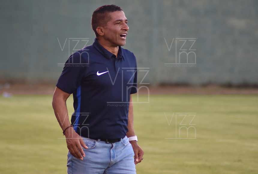 MONTERIA - COLOMBIA, 11-08-2019: Alexis Garcia técnico de Pasto gesticula durante el partido por la fecha 5 de la Liga Águila II 2019 entre Jaguares de Córdoba F.C. y Deportivo Pasto jugado en el estadio Jaraguay de la ciudad de Montería. / Alexis Garcia coach of Pasto gestures during match for the date 5 as part Aguila League II 2019 between Jaguares de Cordoba F.C. and Deportivo Pasto played at Jaraguay stadium in Monteria city. Photo: VizzorImage / Andres Rios / Cont