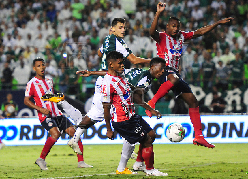 PALMIRA - COLOMBIA, 16-05-2019: Juan Ignacio Dinenno y Danny Rosero Valencia del Cali disputan el balón con Rafael Perez y Willer Ditta del Junior durante partido entre Deportivo Cali y Atletico Junior por la fecha 2, cudrangulares semifinales, de la Liga Águila I 2019 jugado en el estadio Deportivo Cali de la ciudad de Palmira. / Juan Ignacio Dinenno and Danny Rosero Valencia of Cali vie for the ball with Rafael Perez and Willer Ditta of Junior during match between Deportivo Cali and Atletico Junior for the date 2, semifinal quadrangular, as part of Aguila League I 2019 played at Deportivo Cali stadium in Palmira city .  Photo: VizzorImage/ Nelson Rios / Cont