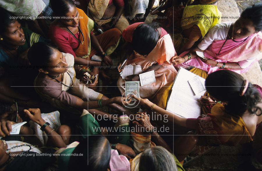 INDIEN Frauensparkasse im Distrikt Thane, Frauen sparen gemeinsam Geld oder erhalten Kleinkredite von der Gemeinschaft/ INDIA, women rural bank in district Thane, women save together money or receive micro credits from the community