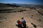 Trek sur les hauts plateaux du Hajar oriental sec et rocheux. Sultanat d'Oman. Moyen Orient.