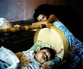 KOS / Kosovo /Mitrovica / 01.07.2009 / Mutter mit Kind im Lager Cesmin Lug