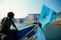 INDIA, Gujerat, construction site and reservoir of Sardar Sarovar dam at Narmada river, the worldbank withdraw 1992 the financing assistance due to protest of NBA Narmada Bachao Andolan, movement to save the Narmada, as they claimed lack of adaquate resettlement and compensation of project affected Adivasi, boat with flag of NBA / INDIEN, Stausee und Baustelle des Sardar Sarovar Damm am Narmada Fluss, Weltbank stellte 1992 Finanzierung ein nach Protesten der NGO Narmada Bachao Andolan NBA, Bewegung zur Rettung der Narmada, wegen mangelnder Rehabilitation, Umsiedlung und Entschaedigung der Ureinwohner Adivasi, Boot mit Flagge der NBA