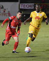 TUNJA -COLOMBIA, 16-08-2017: Omar Vasquez (Izq) jugador de Patriotas FC disputa el balón con Baldomero Perlaza (Der) jugador de Independiente Santa Fe  durante partido por la fecha 8 de la Liga Águila II 2017 realizado en el estadio La Independencia en Tunja. / Omar Vasquez (L) player of Patriotas FC fights for the ball with Baldomero Perlaza (R) player of Independiente Santa Fe  during match for the date 8 of Aguila League II 2017 at La Independencia stadium in Tunja. Photo: VizzorImage/ Jose Palencia / Cont
