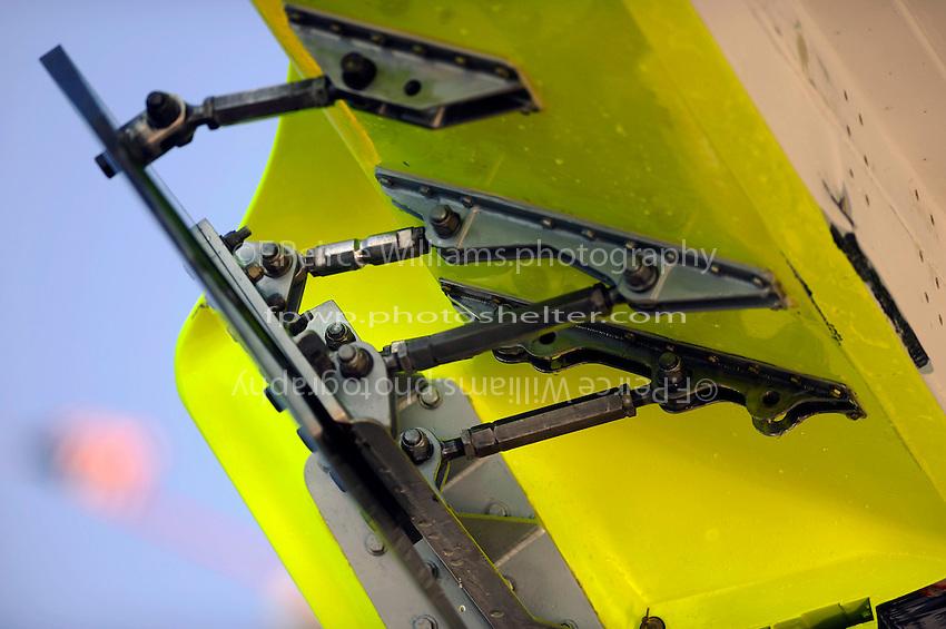 Skid fin hardware