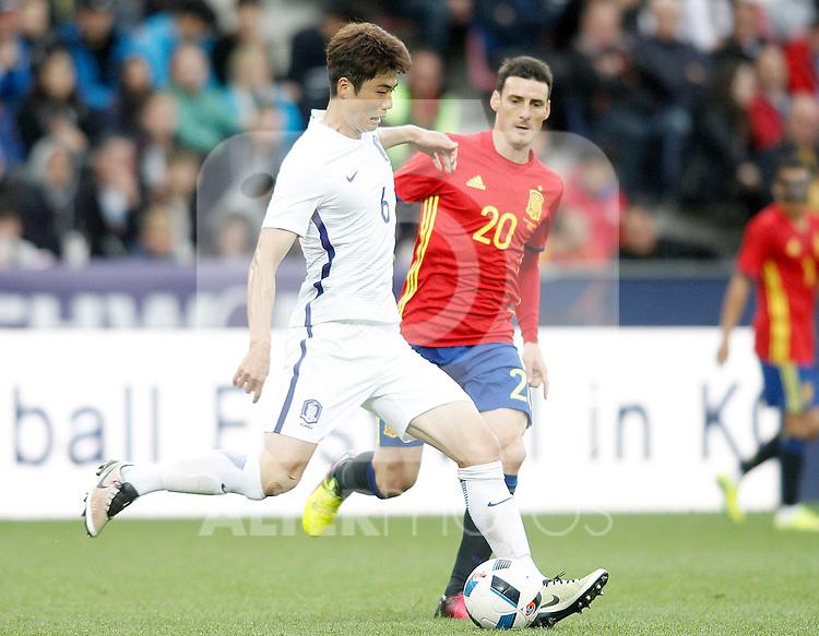Spain's Aritz Aduriz (r) and South Korea's Sungyueng Ki during friendly match. June 1,2016.(ALTERPHOTOS/Acero)