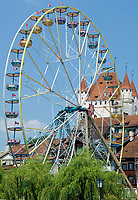 CHE, Schweiz, Kanton Bern, Berner Oberland, Thun: Altstadt mit Schloss Thun und Riesenrad | CHE, Switzerland, Bern Canton, Bernese Oberland, Thun: Old Town with castle Thun and giant wheel