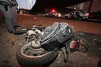 FOTO EMBARGADA PARA VEICULOS INTERNACIONAIS. SAO PAULO, SP 29/09/2012, ACIDENTE MOTO. Um motociclista ficou gravemente ferido após cair do viaduto que passa por sobre a Av. do Estado. Os bombeiros socorreram a vitima que estava em parada caridio respiratoria. Luiz Guarnieri/ Brazil Photo Press