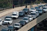 SÃO PAULO-SP-24,10,2014-TRÂNSITO SÃO PAULO- A Avenida Prestes Maia,ambos sentidos,túnel João Paulo II,tem trânsito carregado com muita lentidão.Região central da cidade de São Paulo,na tarde dessa Sexta-Feira,24(Foto:Kevin David/Brazil Photo Press