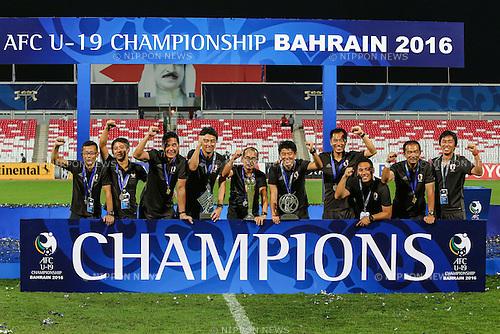 Atsushi Uchiyama & Japan coaches (JPN), OCTOBER 30, 2016 - Football / Soccer : Japan head coach Atsushi Uchiyama (5L) celebrates with the trophy after winning the AFC U-19 Championship Bahrain 2016 Final match between Japan 0(5-3)0 Saudi Arabia at Bahrain National Stadium in Riffa, Bahrain. (Photo by AFLO)