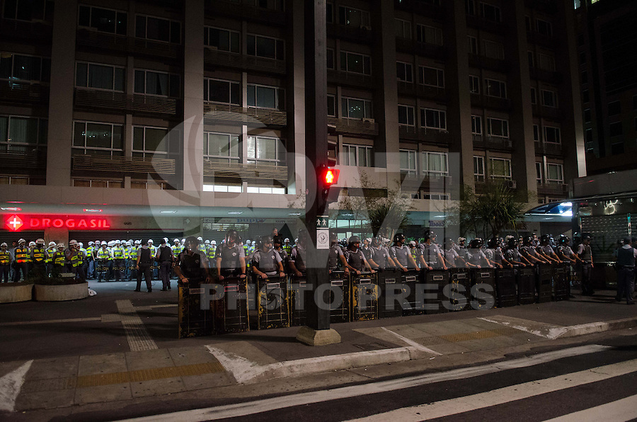 SAO PAULO, SP 07 DE SETEMBRO DE 2013 - PROTESTO 7 DE SETEMBRO - Manifestantes entram em confronto com a policia, na Avenida Paulista, durante protesto, na noite deste sabado, 07, regiao central. O grupo depredou um bar na altura do numero 800 da avenida. Manifestantes ficaram feridos e outros foram presos.  FOTO: ALEXANDRE MOREIRA / BRAZIL PHOTO PRESS