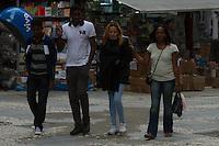 SAO PAULO 02 DE JULHO DE 2013   Clima tempo Pedestre se protegem do vento frio na tarde desta terça-feria(02) na região do centro de São Paulo. A tarde desta terça-feria (02) segue com garoa fraca em pontos isolados, e frio na Capital paulista. As temperaturas, nas estações meteorológicas automáticas do CGE, marcam 16ºC. O mesmo valor é observado nos aeroportos de Cumbica, Cidade de Guarulhos, e Campo de Marte, Zona Norte. Já no aeródromo de Congonhas, Zona Sul, a temperatura é de 15ºC. Segundo os meteorologistas do CGE, não há previsão de chuvas fortes, apenas garoa fraca em pontos isolados. A Cidade permanece em estado de atenção para baixas temperaturas, desde a madruga e as primeiras horas da manhã.(Foto: Amauri Nehn/Brazil Photo Press)
