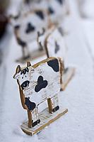 Europe/France/73/Savoie/Val d'Isère: Détail de vaches en bois décoratives à la fromagerie de la Ferme de l'Adroit