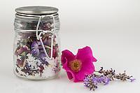 Blütensalz, Blüten-Salz, Salz wird mit essbaren Blüten aromatisiert, Badesalz, Blüten, Blumen, Kräuter, Kräuter sammeln, Kräutersalz, Kräuter-Salz, Ernte, Kräuterernte, Blütenblätter, essbare Blüten. Echter Lavendel, Lavandula angustifolia, Lavender. Kartoffel-Rose, Kartoffelrose, Runzel-Rose, Runzelrose, Rose, Rosa rugosa, Japanese Rose. Königskerze, Verbascum spec., Mullein. Wegwarte, Zichorie, Cichorium intybus, Chicory. Phlox, Staudenphlox, Flammenblume, Phlox spec.. Blossom, blossoms, flower, flowers, bloom, blooms, petal, petals, salt.