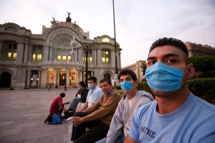 27 April 2009 - Mexico City, Mexico - Residents of the Mexican capital wear surgical masks to protect themselves from the swine Flu in front of the Palace of Fine Arts in Mexico City. Photo credit: Benedicte Desrus / Sipa Press