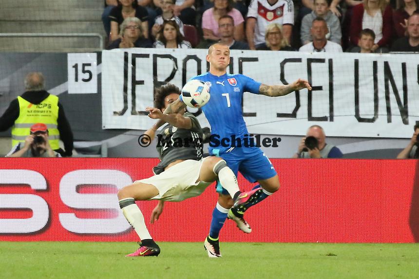 Leroy Sane (D) gegen Vladimir Weiss (SLO) -  Deutschland vs. Slowakei, Benefizspiel, WWK Arena Augsburg