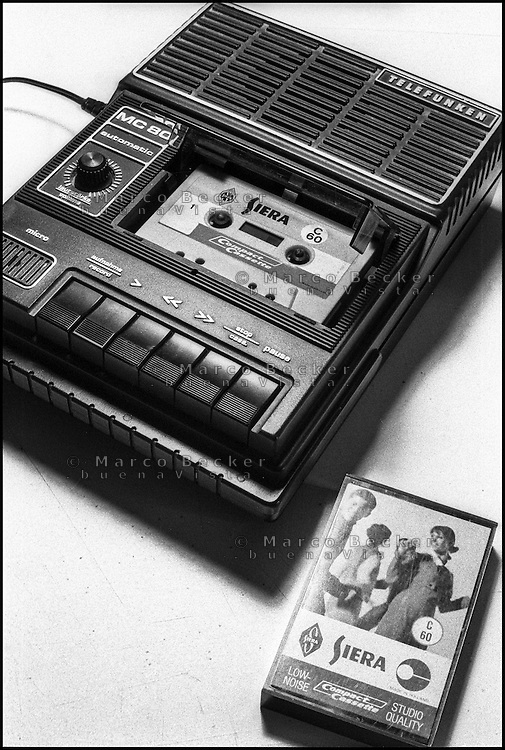 Registratore portatile Telefunken MC 80 e cassetta Siera (Philips) --- Portable tape recorder Telefunken MC 80 and audio cassette Siera (Philips)