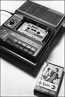 Registratore portatile Telefunken MC 80 e cassetta Siera (Philips) --- Portable tape recorder Telefunken MC 80 and audio cassette Siera (Philips)