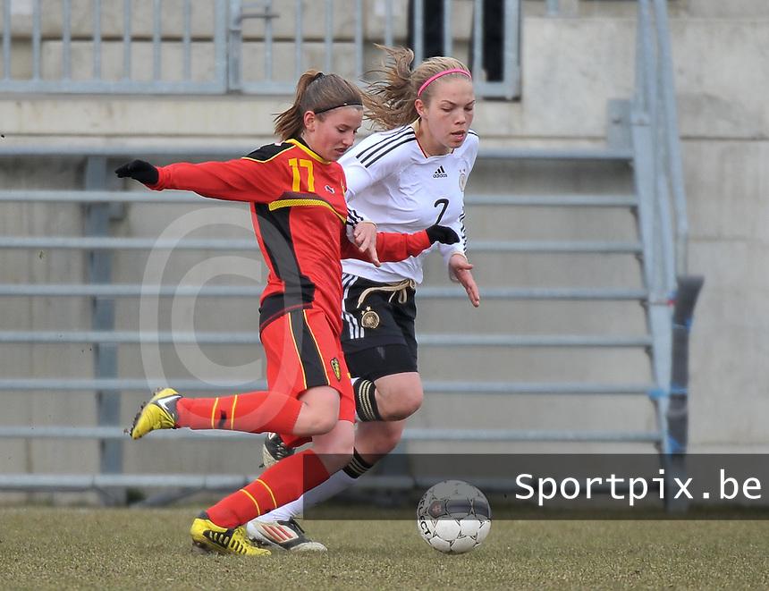 Belgie U17 - Duitsland U17 : Chloe Van Mingeroet aan de bal voor Nina Ehegotz (7).foto DAVID CATRY / Vrouwenteam.be