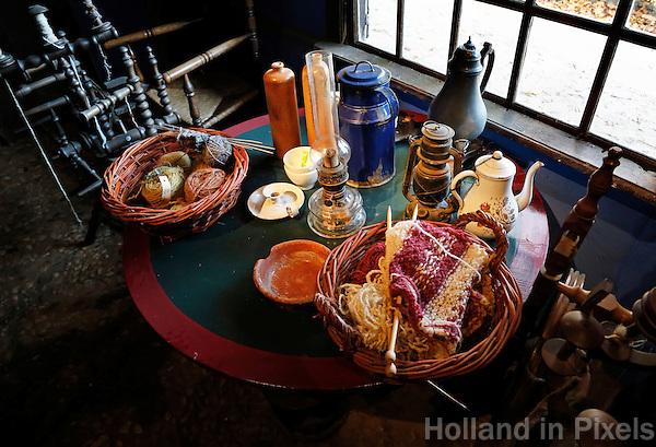 Nederland Arnhem 2015.  Het Nederlands Openluchtmuseum. Tafeltje met breispullen in een boerderij. Foto Berlinda van Dam / Nederlandse Hoogte