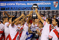 BUENOS AIRES - ARGENTINA - 10-12-2014: Los Jugadores de River Plate de Argentina levantan el trofeo como campeones de la Copa Total Suramericana durante partido de vuelta de la final de la Copa Total Suramericana entre River Plate de Argentina y Atletico Nacional de Colombia en el Estadio Antonio Vespucio Liberti- Monumental de Nuñez, de la ciudad de Buenos Aires.  / Players of River Plate of Argentina lifted the trophy  as champions of the Copa Total Suramericana in a match for second leg of the final between River Plate of Argentina and Atletico Nacional for the Copa Total Suramericana in the Antonio Vespucio Liberti- Monumental de Nuñez, Stadium, in Buenos Aires city. Photo:  Photogamma / VizzorImage.