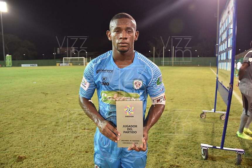 MONTERIA - COLOMBIA, 01-05-2019: Pablo Rojas de Jaguares posa para una foto con el premio al mejor jugador después del partido por la fecha 19 de la Liga Águila I 2019 entre Jaguares de Córdoba F.C. y La Equidad jugado en el estadio Jaraguay de la ciudad de Montería. / Pablo Rojas of Jaguares pose to a photo with the award  to the best player after a match for the date 19 as part Aguila League I 2019 between Jaguares de Cordoba F.C. and La Equidad played at Jaraguay stadium in Monteria city. Photo: VizzorImage / Andres Felipe Lopez / Cont