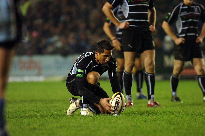 Photo: James Davies..Cardiff Blues v Ospreys. Magners Celtic League. 23/12/2006...Gavin Henson (Ospreys)  lines up a kick at goal.