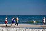 Jurata, 2008-06-20. Biegacze na plaży w Juracie, Półwysep Helski
