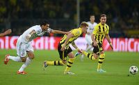 FUSSBALL  CHAMPIONS LEAGUE  HALBFINALE  HINSPIEL  2012/2013      Borussia Dortmund - Real Madrid              24.04.2013 Pepe (Real Madrid) kann Marco Reus (Mitte) nicht halten. Mario Goetze (re, beide Borussia Dortmund) bringt sich in Stellung.