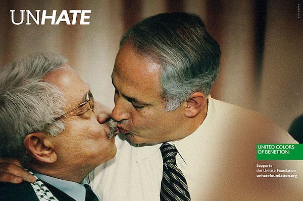 """MIA20. ROMA (ITALIA), 16/11/11.- Imagen cedida que forma parte de una serie de imágenes de la campaña publicitaria de la firma italiana de moda Benetton, llamada """"Unhate"""", que fue presentada hoy, miércoles 16 de noviembre de 2011, en París, Francia, en la cual aparece el primer ministro de Israel, Benjamín Netanyahu (d.), besándose en la boca con el presidente de la Autoridad Nacional Palestina, Mahmud Abás (i.). Durante la presentación, el vicepresidente ejecutivo de Benetton, Alessandro Benetton, indicó que el hecho de que se retrate a líderes internacionales es solo """"una simplificación para hacer llegar el mensaje"""". EFE/Fabrica/Benetton/SÓLO USO EDITORIAL/NO VENTAS/CRÉDITO OBLIGATORIO."""