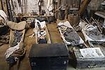 Foto: VidiPhoto<br /> <br /> ROMAGNE &ndash; Bij de Slag om Verdun in 1916 tijdens de Eerste Wereldoorlog, is er zoveel oorlogsmaterieel achtergebleven, dat de akkers en bossen er nu nog mee bezaaid liggen. Dat trekt jaarlijks tienduizenden verzamelaars naar de voormalige oorlogsvelden, onder wie opmerkelijk veel Nederlanders. Officieel is het verboden oorlogsrestanten op te graven of te zoeken, mede vanwege ontploffingsgevaar. Wie betrapt wordt kan een boete krijgen van 7200 euro. Volgens de Nederlandse museumeigenaar Jean-Paul de Vries van museum Romagne &rsquo;14-&rsquo;18, wordt er &ldquo;goudgeld&rdquo; betaald voor bijzondere vondsten. Een puntgave Duitse helm uit de eerste periode van de &ldquo;Great War&rdquo;, zoals de Eerste Wereldoorlog internationaal bekend staat, &lsquo;doet&rsquo; al snel 1250 euro. Zelf zoekt hij al 42 jaar naar bodemvondsten met toestemming van grondeigenaren. Een deel daarvan wordt verkocht en een ander deel wordt in zijn museum ge&euml;xposeerd. Het laatste jaar krijgt hij veel -illegale- concurrentie van Polen, die verwachten snel rijk te worden. Dit jaar trekt Verdun en omgeving meer bezoekers dan ooit. In november is het namelijk precies 100 jaar geleden dat de wapenstilstand werd getekend tussen de geallieerden (Triple Entente) en de Centrale Mogendheden. De Eerste Wereldoorlog eiste 8,5 miljoen levens.  Foto: Gevonden resten uit de Eerste Wereldoorlog, te zien in museum Romagne '14-'18.