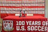 Podium fuer die Pressekonferenz von Trainer Juergen Klinsmann (USA) - Pressekonferenz von US-Soccer, Washington