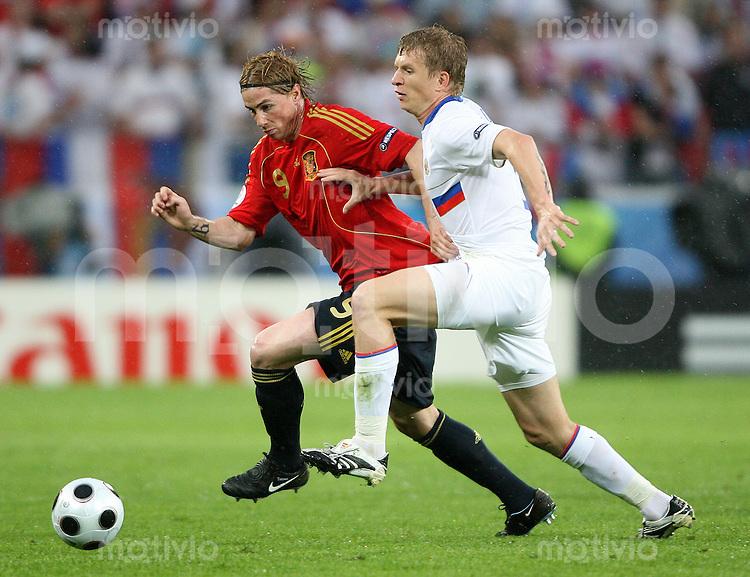 FUSSBALL EUROPAMEISTERSCHAFT 2008 Spanien - Russland    10.06.2008 Fernando Torres (li., Spanien) gegen Denis Kolodin (Russland).